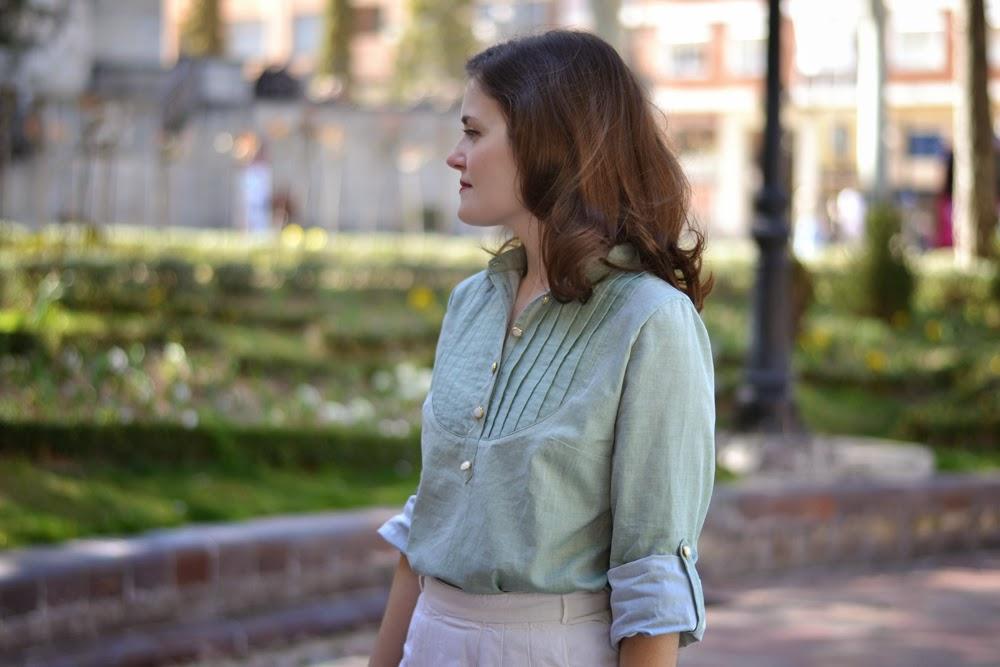 Patron blouse Carme, pauline alice patterns, en coton vert d'eau et boutons de nacre et dorés.